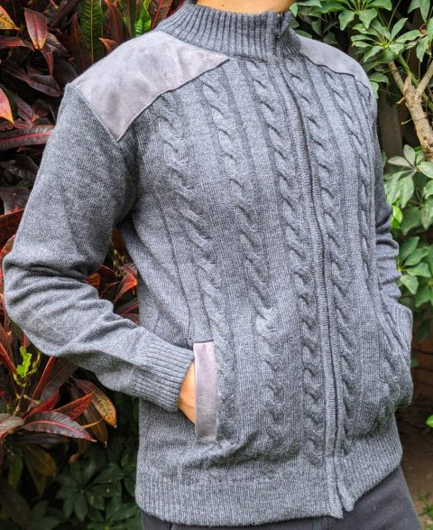 Casaca tejida trenza acanalado con aplicado en hombro y bolsillo